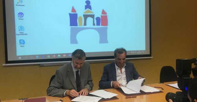 De izquierda a derecha, Manuel Pérez Mateos, rector de la Universidad de Burgos, y Chema Cosculluela, CEO de Vitalia Home, durante el convenio de colaboración para la investigación del tratamiento de demencias con terapias no farmacológicas.