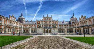 Hoy vamos a un lugar con encanto, cercano a Madrid, donde sus palacios nos trasladan a otra época. Nuestro tren está li...